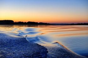 REFLET;REFLECTION;LEVER DE SOLEIL;SUNRISE;PASSEUR;BATEAU;A BORD;ON BOARD;VAGUES;WAVES;FERRY;BLEU;BLUE