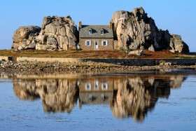 ROCHER;ROCK;MAISON;HOUSE;POULGRESCANT;COTES D'ARMOR;BRETAGNE;REFLET;REFLECTION