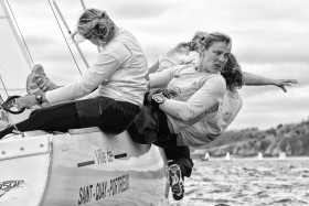 CREW;EQUIPAGE;FEMME;FILLE;GIRL;MATCH RACE;RAPPEL;REGATE;REGATTA;SAIL;SITTING OUT;VOILE;WOMAN;NOIR ET BLANC;BLACK AND WHITE
