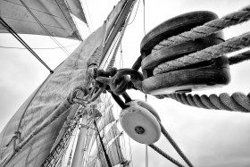 ACCASTILLAGE;BLACK AND WHITE;BLOCK;CORDAGE;DECK FITTINGS;GREEMENT;NOIR ET BLANC;POULIE;RIGGING;ROPE;VOILE;SAIL